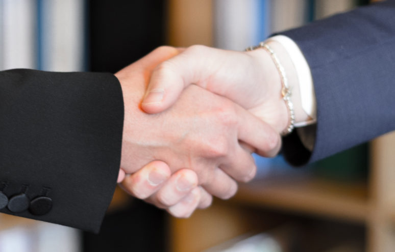 two-person-shake-hands-2058140 1